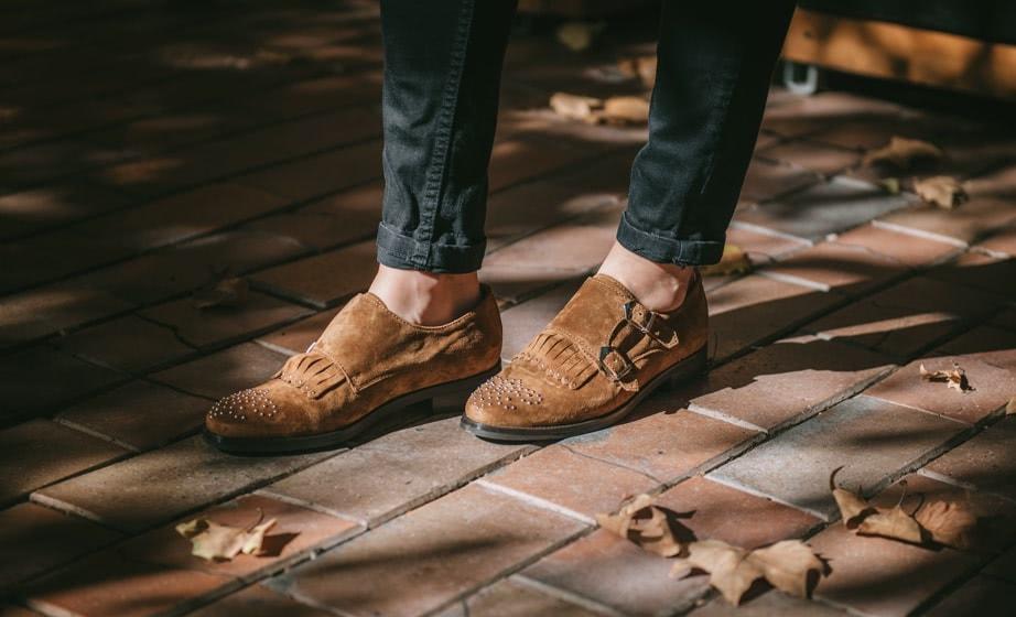 Zapato serraje cuero hebillas y tachas Alpe
