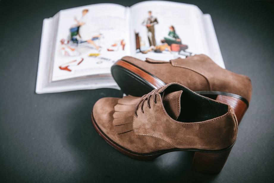 Zapatos con cordones serraje taupe Funny Lola