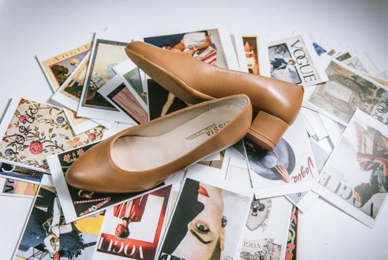 Zapato tacon bajo piel camel de Kissia
