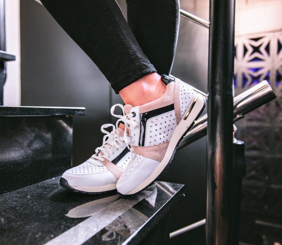 zapatillas blancas con nude de Stephen Allen