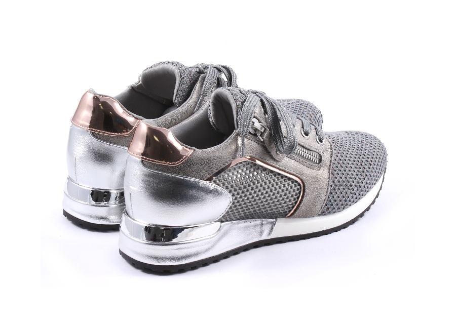 zapatillas grises con metalizados de La Strada