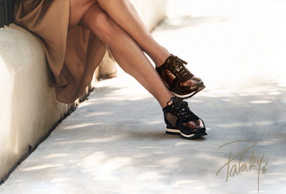 sneakers negro y dorado con cuña Gioseppo